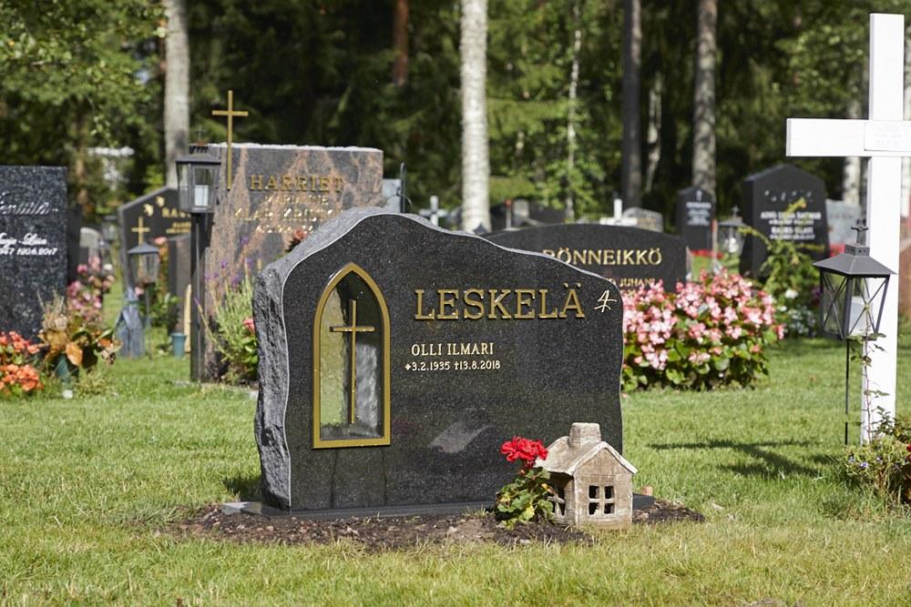 Valmis hautakiven paikoilleen asennus