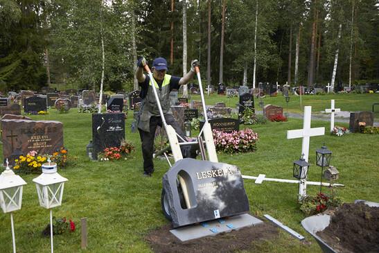 Hautakiven asentaminen paikoilleen