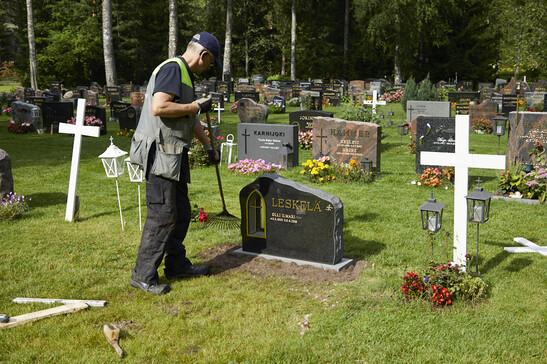Hautakiven asennustyön viimeistely