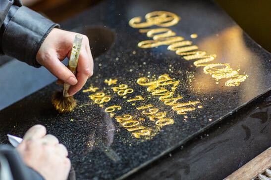 Hautakiven kultaustyön viimeistely